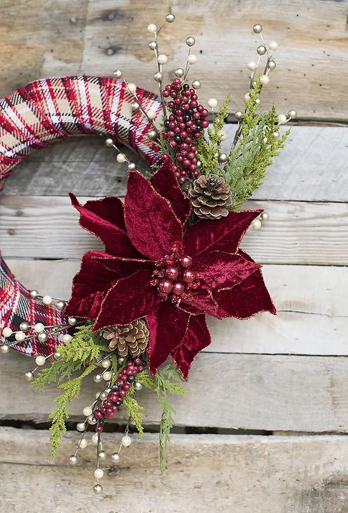 deco de noel a faire soi meme, jolie couronne de l'avent revêtue de tissu motif écossais et décorée de verdure et de fleurs artificielles