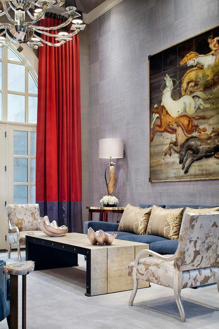 salon de luxe avec des fenêtres hautes en rouge et bleu, grand tableau avec des chevaux qui chevauchent, grand luminaire chandelier en couleur argent, murs en couleur lavande, meubles en blanc et doré, dalles du sol en blanc