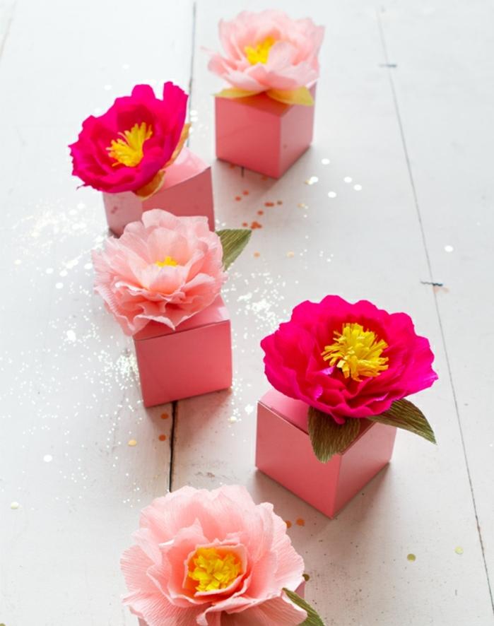 fleurs en papier crépon faciles a faire, pétales arrondies rose et fuchsia, decoration boites cadeau mariage