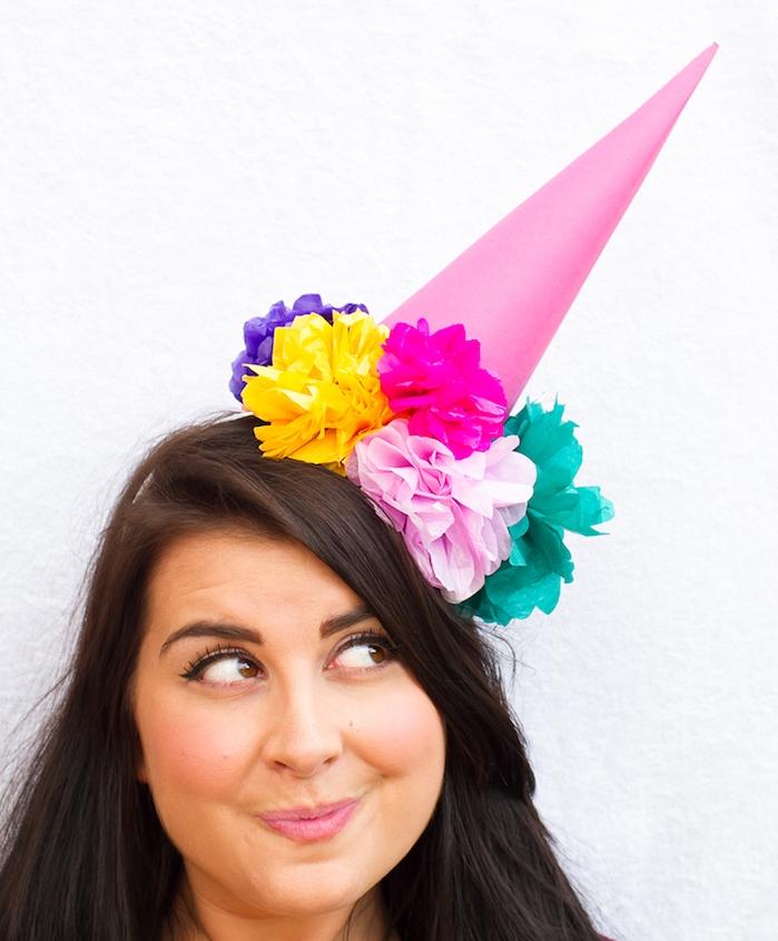 un chapeau d anniversaire en cforme de cône décoré de fleurs en papier de soie rose, vertes, jaunes, violettes e fuchsiat