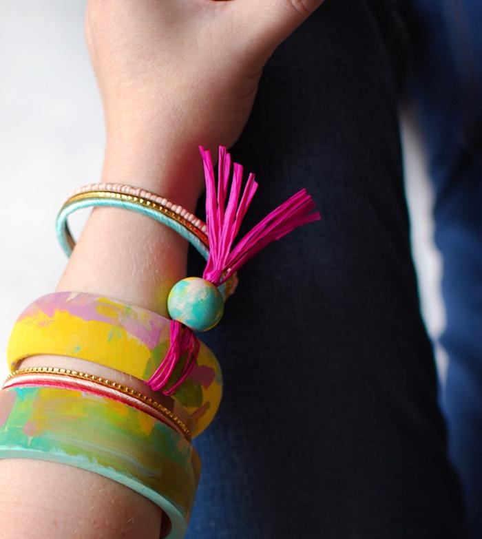 bracelet en bois personnalisé de peinture rose, verte, bleue et jaune, exemple de cadeau pour la fête des mères à fabriquer