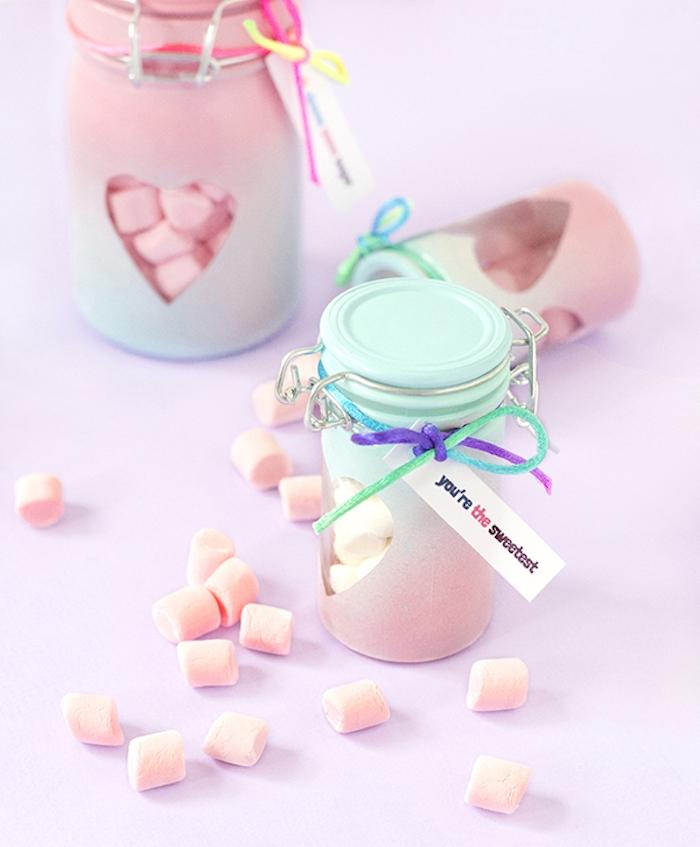 pots en verre repeints de peinture bleue et rose ombré, et remplis de bonbons guimauves, cadeau fait main gourmand pour saint valentin