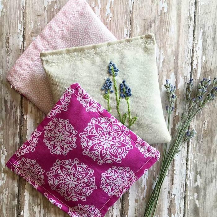 des sachets de lavande en tissu aromatiques, exemple de cadeau a fabriquer pour sa meilleure amie