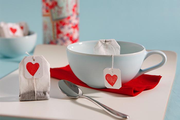 des sachets de thé customisés d étiquettes avec dessin de coeur, diy cadeau pour saint valentin simple
