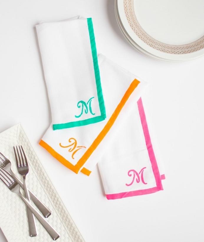 serviettes blanches décorées de peinture colorée et monogrammes lettre m, cadeau anniversaire femme diy