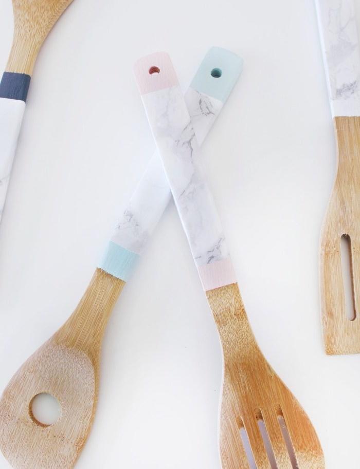 des ustensiles de cuisine en bois customisés de papier effet marbre et peinture bleue et rose, cadeau fait main original