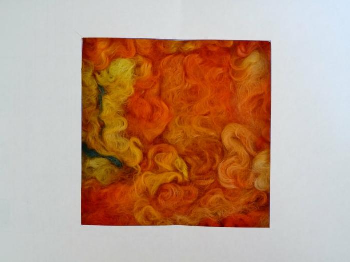 dessiner avec de la laine, panneau avec de la laine improvisé en jaune et orange