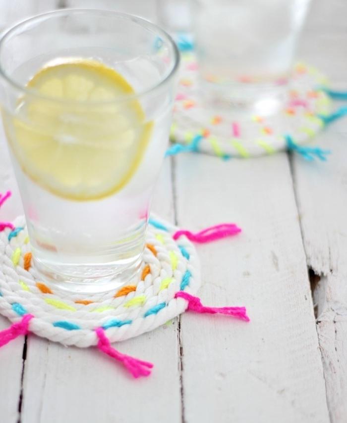 exemple de bricolage facile de dessous de verre de corde blanche enroulée et customisée de fils colorés, idée cadeau fête des mères a fabriquer soi meme