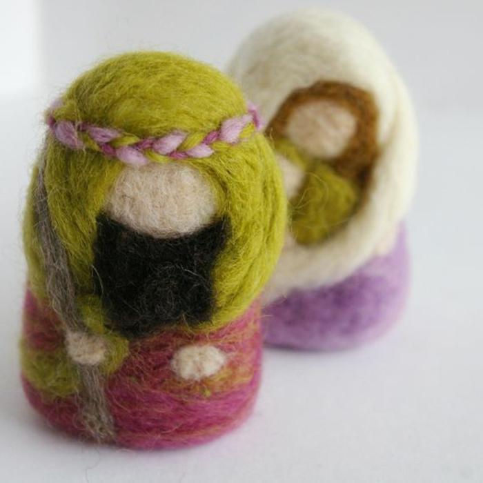poupées de laine peignée et peinte, jolies figures faites avec de la laine
