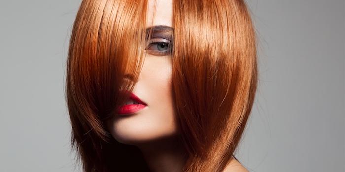 tie and dye roux, idée de dégradé femme avec diverses longueurs, rouge a levres rouge, peau blanche et des yeux bleus
