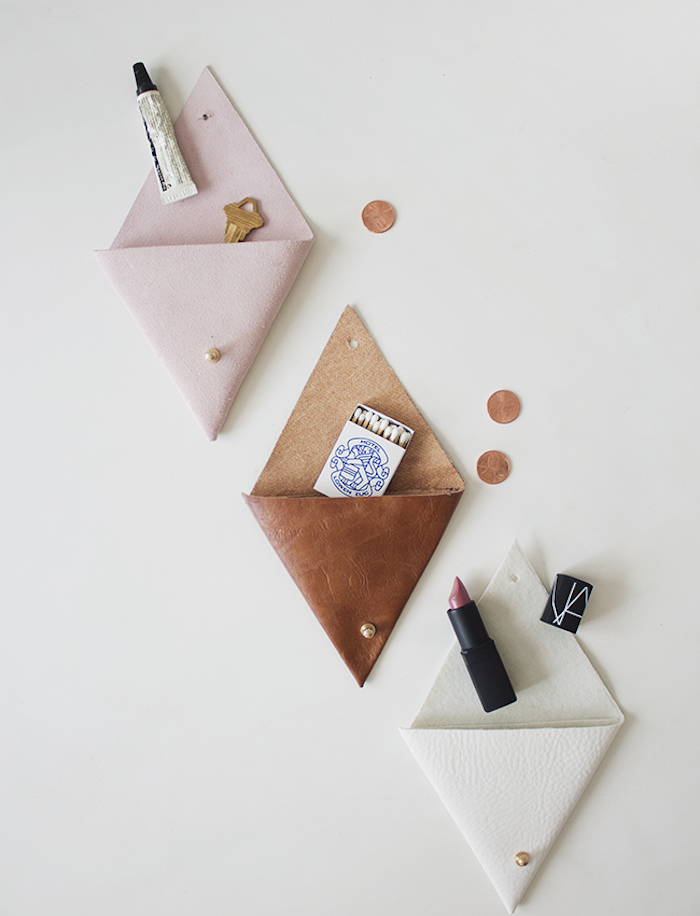 petits porte monnaies en cuir marron, blanc et rose, cadeau de noel maman simple, rangement argent, maquillage et petits accessoires