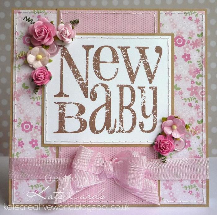 carte diy de nouveau né, fleurs en papier, ruban rose, un morceau de textile attaché au papier