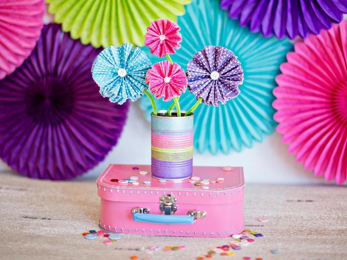 comment faire des fleurs en papier simples à partie de caissettes à muffins et boutons recyclés, activité manuelle maternelle