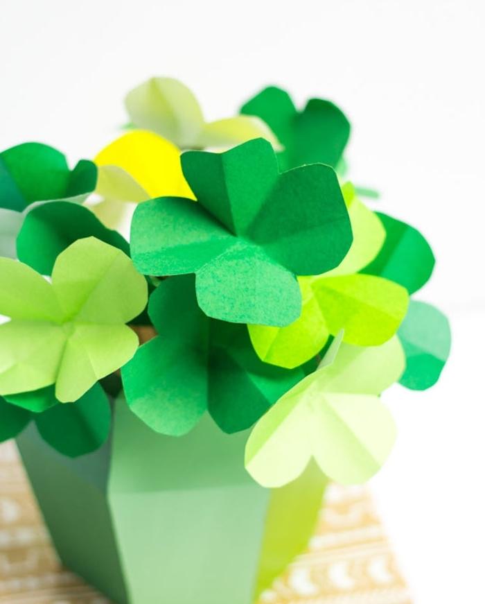 exemple de diy fleur en papier vert dans un vase vert, idée comment créer une diy deco centre de table, imitation trèfle à quatre feuilles