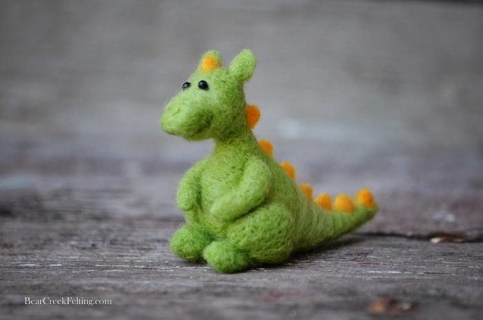 dragon vert en feutrine, petit animal sympathique, design amusant