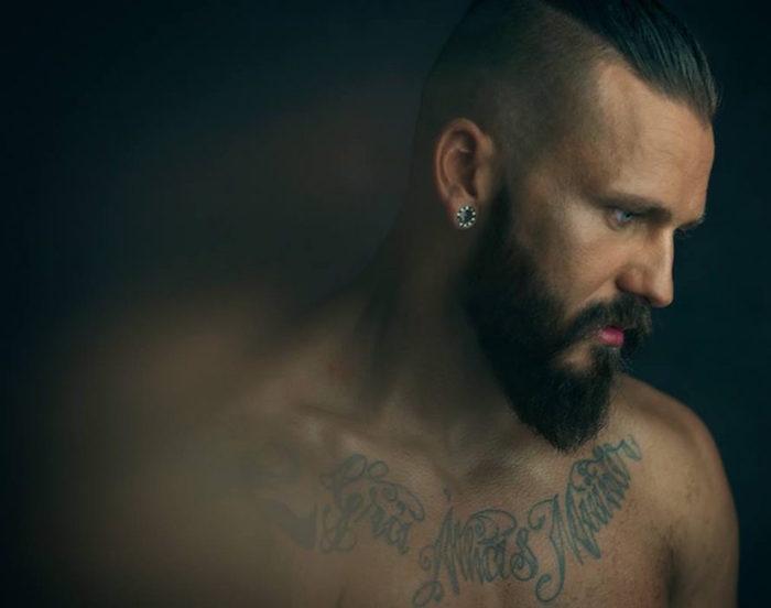 barbe homme épaisse hipster coupe undercut long dessus court cote