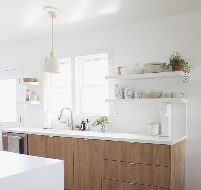 cuisine blanche et bois simple, meuble cuisine bois ave cplan de travail bois, etageres blanches ouvertes, ilot central blanc