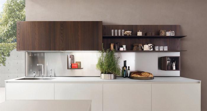 cuisine bois et blanc, meuble bas blanc et meuble haut bois foncé, etageres ouvertes, credence inox miroir