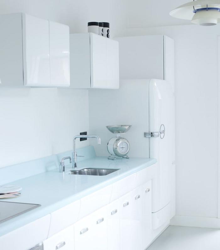 cuisine aménagée couleur blanche, style vintage, plan de travail finition bleue, frigo et meuble cuisine vintage