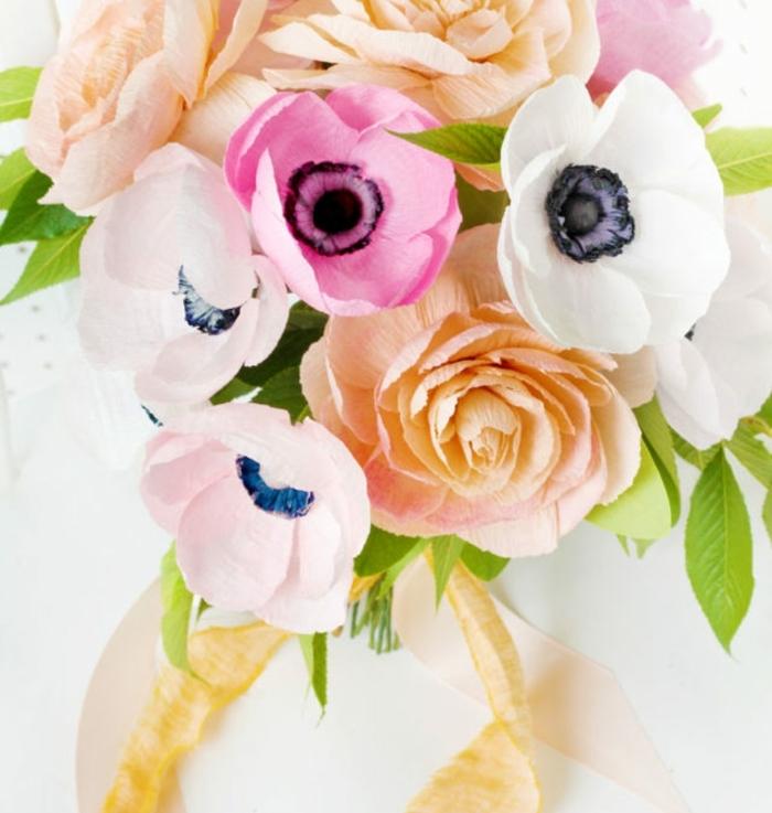 un bouquet de fleurs en papier crépon pivoines et autres, feuillage vert, idée de bouquet de marée diy