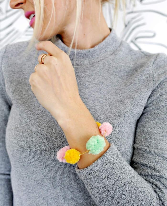 exemple diy bijou femme a faire soi meme, cadeau pour la fête des mères a fabriquer, bracelet de pompons colorés
