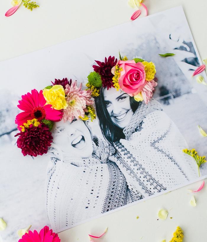 cadeau a fabriquer pour sa meilleure amie, photo amies en noir et blanc personnalisée de couronnes de fleurs sur les cheveux de deux femmes