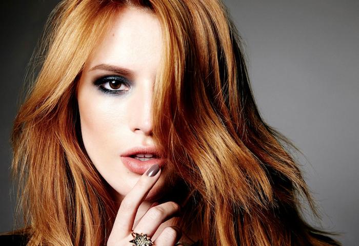 cheveux couleur auburn aux éclats roux, idée de dégradé femme avec mèches encadrant le visage et tombant sur le front, maquillage yeux marron
