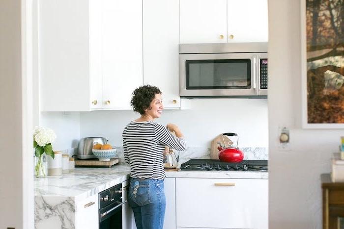 cuisine en l blanche avec des meubles de cuisine hauts et bas blancs, plan de travail marbre, electromenager inox