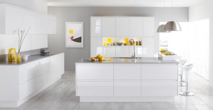 modele de cuisine laquée blanche, meuble cuisine et comptoir blanc avec plan de travail gris, accessoires jaunes, suspensions et parquet gris