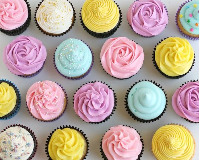 exemple de cupcakes avec glacage au beurre en forme de fleurs et décoration de zeste, billes et vermicelles colorés