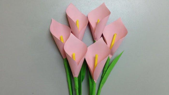 comment faire une fleur en papier rose, exemple de dahlias roses avec un centre jaune et feuilles vertes