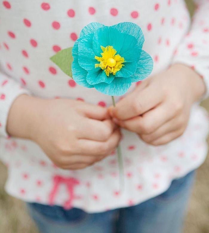 exemple de fleur en papier crepon simple à pétales bleues et coeur jaune et tige en fil de fer vert