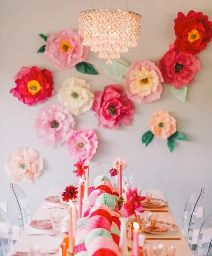 comment faire une fleur en papier, idée de décoration murale de grosses fleurs en papier de soie, table de fete avec un centre intéressant de boules pompons colorés