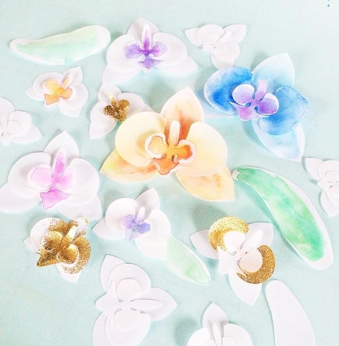 des orchidées en papier, éléments divers en papier blanc décorés de peinture et paillettes, diy fleur en papier