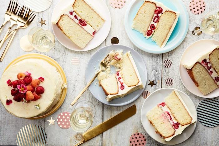 nappage gateau aux framboises avec fromage à la crème et décoration de fruits rouges, dessert simple
