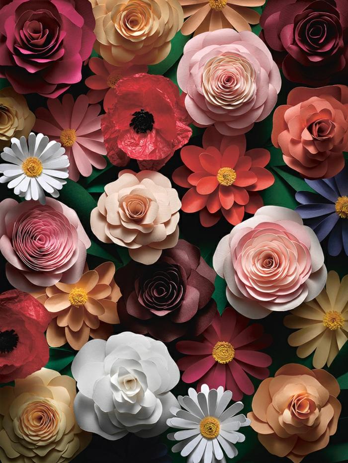 composition florale de fleurs en papier de divers genres, roses, marguerites, coquelicot, fleurs colorées diy