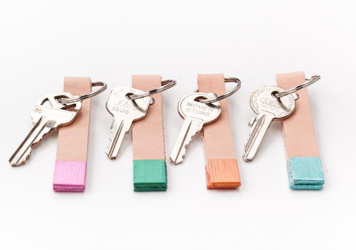 cadeau anniversaire homme et cadeau fête des pères à fabriquer, port clé en bande de cuir au bout coloré de peinture rose, orange, bleu, vert