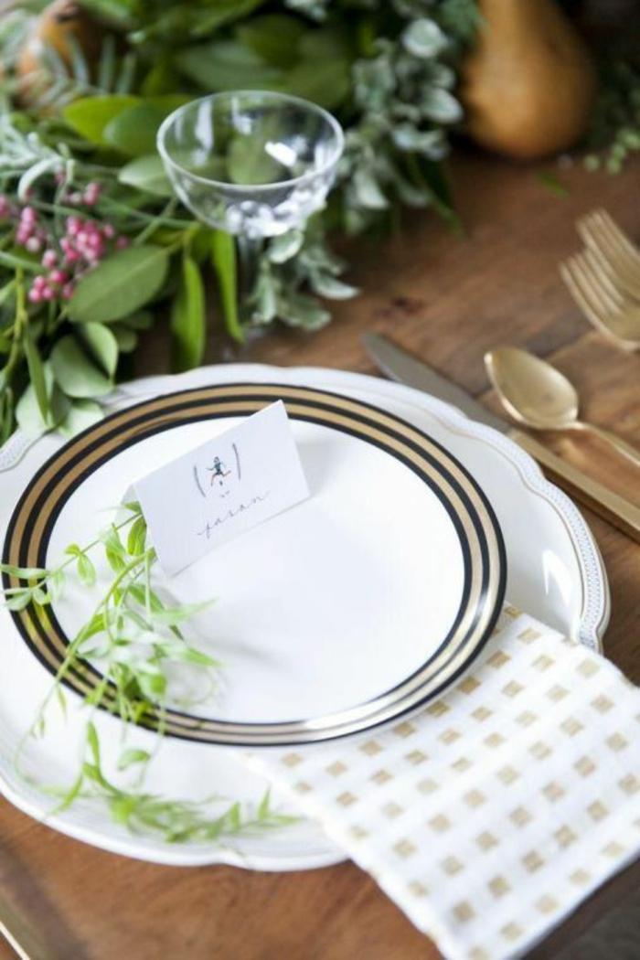 Comment décorer la table de Noël avec marque place originale assiette