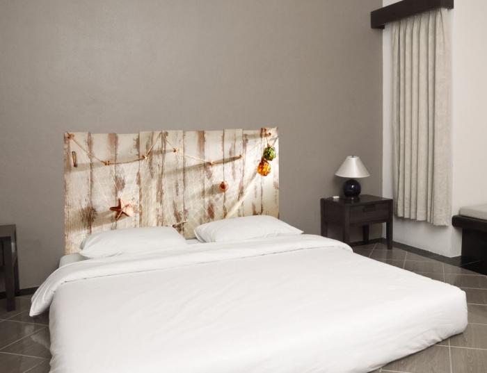 faire une tete de lit, pièce aux murs de couleur taupe et partie blanche avec rideaux décoratif et panneau de bois marron foncé