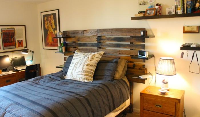 tete de lit en palette a faire soi meme, déco chambre ado avec bureau de bois foncé et table de chevet