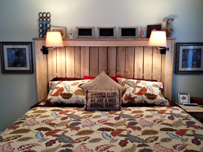 faire une tete de lit, grand lit en bois avec couverture à design feuilles multicolore et coussins décoratifs