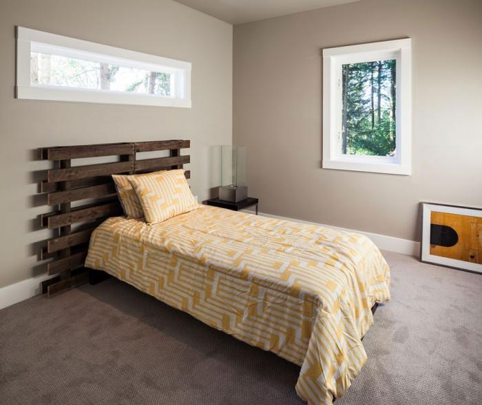 que faire avec des palettes, aménagement pièce aux murs taupe et plancher foncé avec meubles en bois