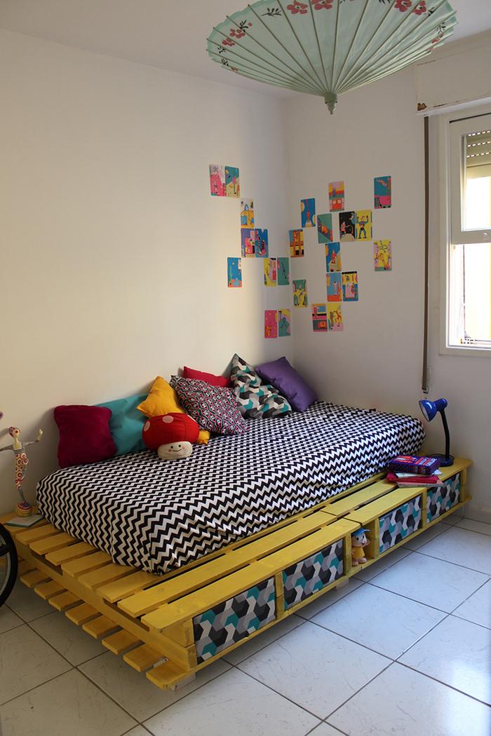 aménagement d une chambre enfant colorée avec un it palette jaune équipé d un matelas graphique étroit