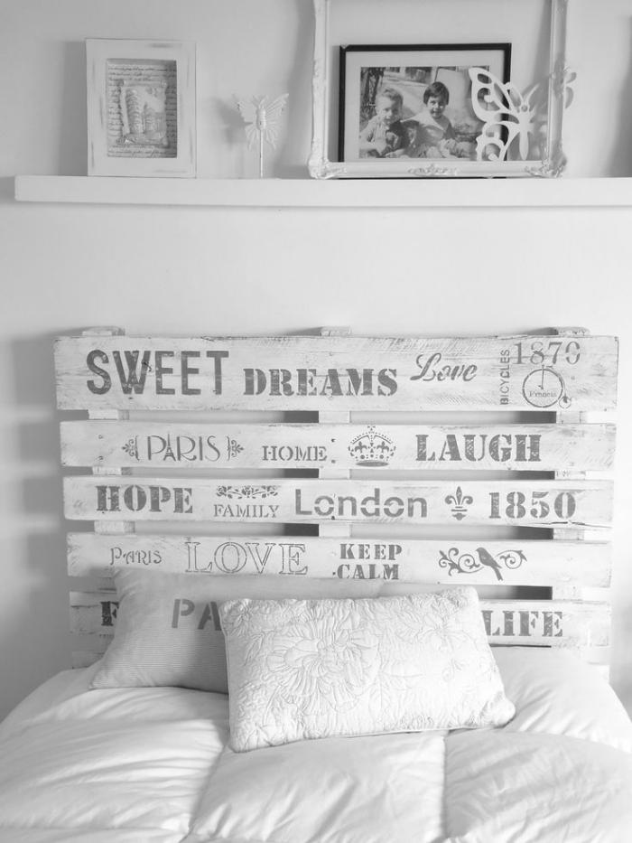 tete de lit en palette, décoration de chambre à coucher blanche avec étagère murale et tête de lit en palettes