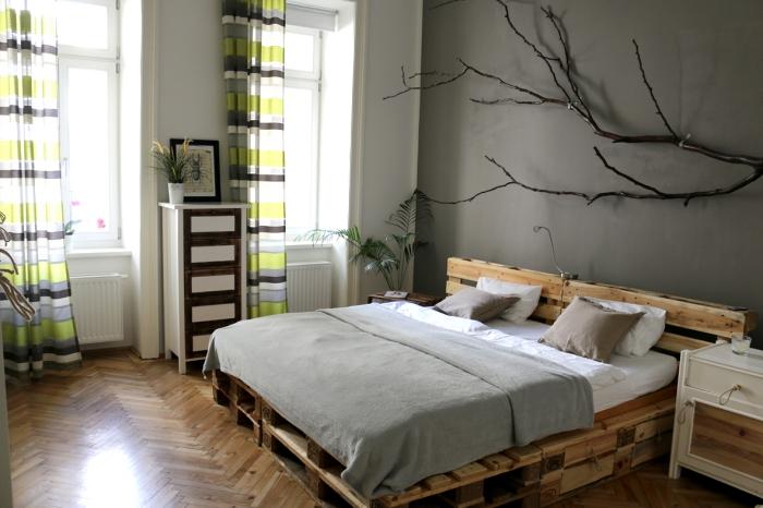 tete de lit en palette a faire soi meme, pièce aux murs gris et plancher de bois avec rideaux longs vert et marron