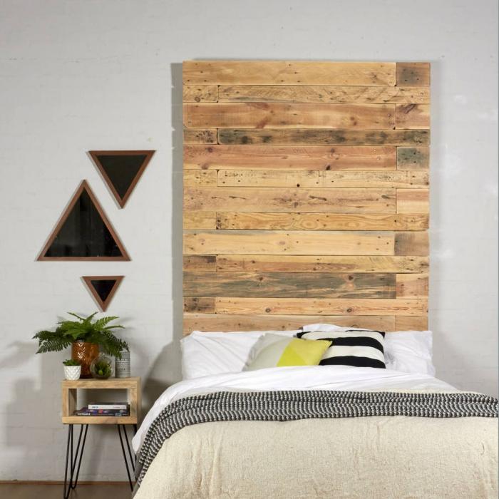 tete de lit en palette, aménagement petite chambre adulte aux murs blancs et plancher foncé avec meubles en bois