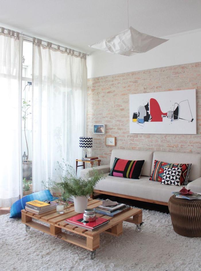 idée pour un meuble en palette de salon, table basse en palette avec roulettes qui s'accorde parfaitement avec la déco douce aux accents graphiques colorés