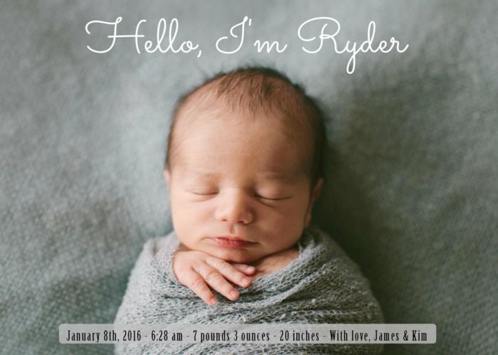 faire part de naissance, photo de bébé mignon enrobé dans un foulard tricoté