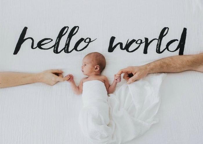 faire part pas cher, un bébé mignon entre les mains de son père et de sa mère