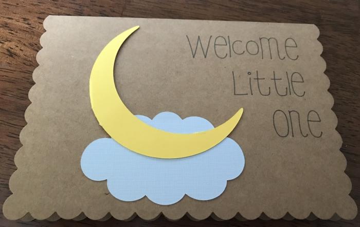 faire une carte personnalisée, bienvenu petit bébé, le disque lunaire et un nuage bleu